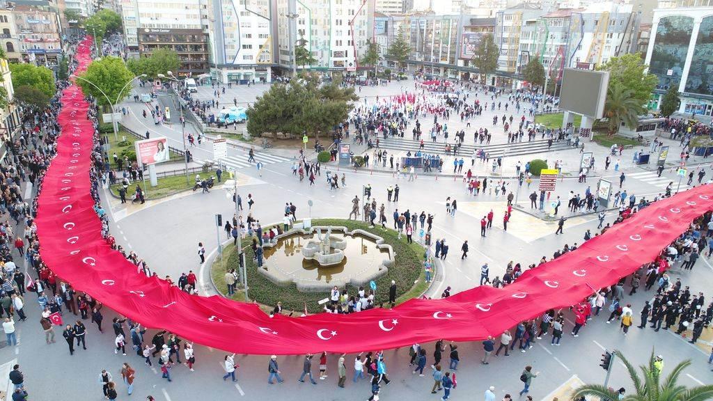 1919 metre Türk bayrağı ile şehir turu