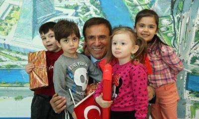 Başkan Genç çocukları sevgiyle karşılıyor