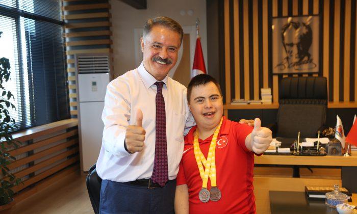Başkan Deveci milli sporcu Salihcan Öztankal'ı makamında ağırladı
