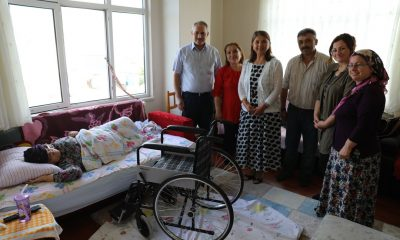 İhtiyaç sahibi aile tekerlekli sandalyeye kavuştu