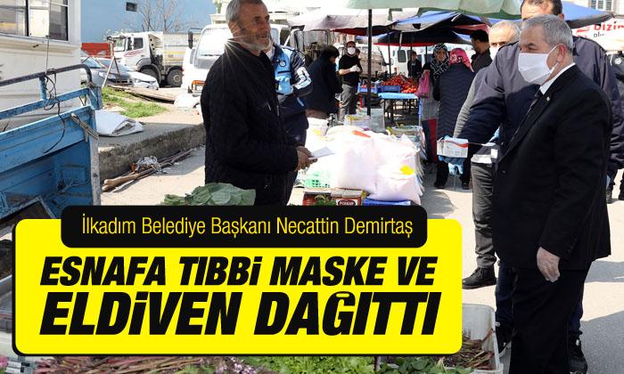 Necattin Demirtaş pazarcılar ile bir araya gelerek esnafa tıbbi maske ve eldiven dağıttı