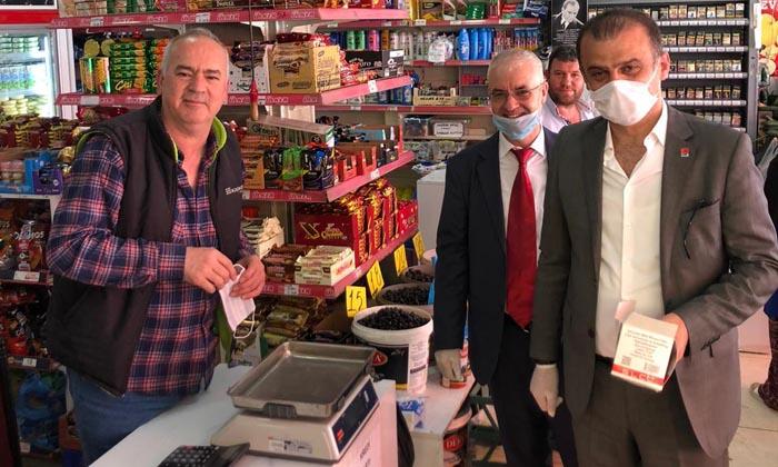 CHP Samsun İl Başkanı Fatih Türkel maske ve yardım kolisi dağıttı