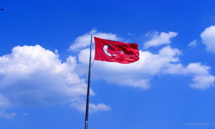 Hainler Türk Bayrağını Gönderden İndirdiler!