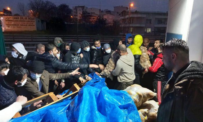 Samsun'da bir hayırsever 800 çuval patates dağıttı