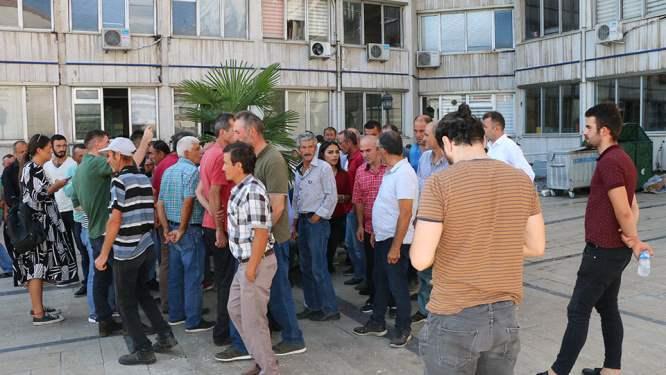 Maaş alamayan işçiler belediye önünde toplandılar