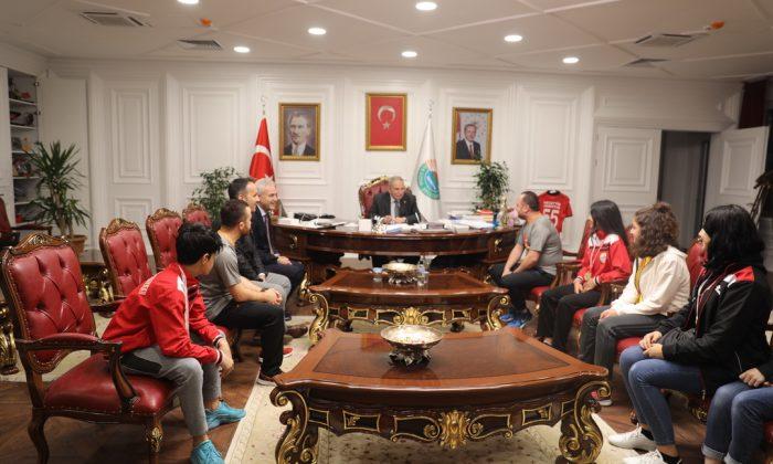 İlkadım Belediyesi Kick Boks sporcuları kupa sevincini Başkan Demirtaş'la paylaştı