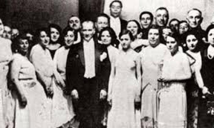 Atatürk'ün arkasında Türk kadını vardı